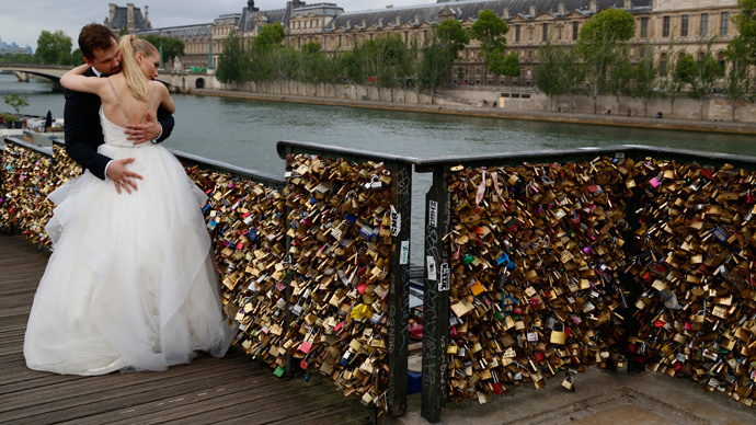 Adieu my love! Up to 1 million 'love locks' removed from famous Paris bridge (PHOTOS, VIDEO)