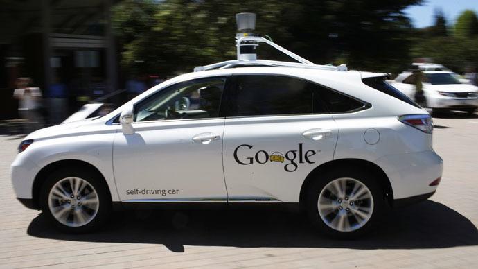 Un vehículo autónomo de Google recorre el estacionamiento del Museo de Historia de la Computación después de una presentación en Mountain View, California, el 13 de mayo de 2014. (Reuters / Stephen Lam)
