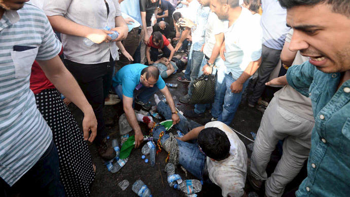 Injured people get first aid after an explosion during an election rally of pro-Kurdish Peoples' Democratic Party (HDP) in Diyarbakir, Turkey, June 5, 2015.(Reuters / Stringer )