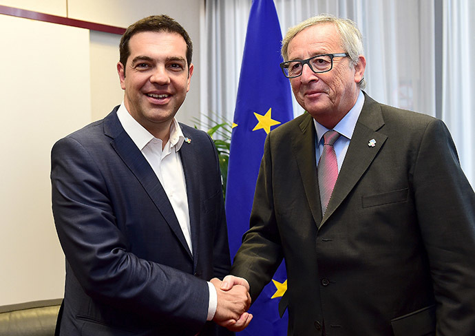 Greek Prime Minister Alexis Tsipras poses with European Commission President Jean-Claude Juncker (R) ahead of a meeting at the EU Council in Brussels, Belgium, June 11, 2015. (Reuters/Emmanuel Dunand)