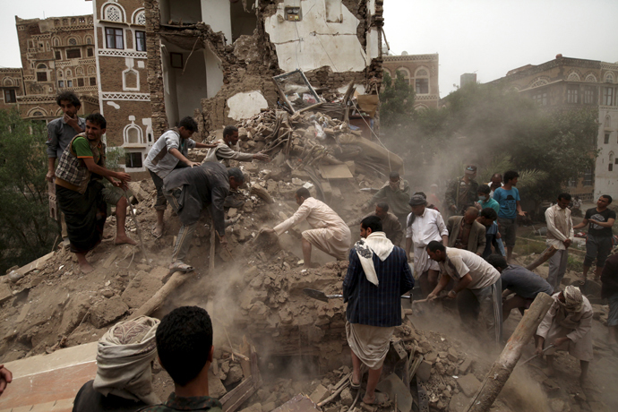 People search for survivors under the rubble of houses destroyed by an air strike in Sana'a June 12, 2015. (Reuters / Mohamed al-Sayaghi)