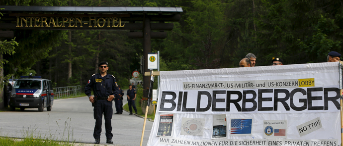 Austrian police officers stand guard next to the entrance of Interalpen Hotel, where the Bilderberg meeting is held, in the Austrian village of Buchen, June 12, 2015. (Reuters / Leonhard Foeger)