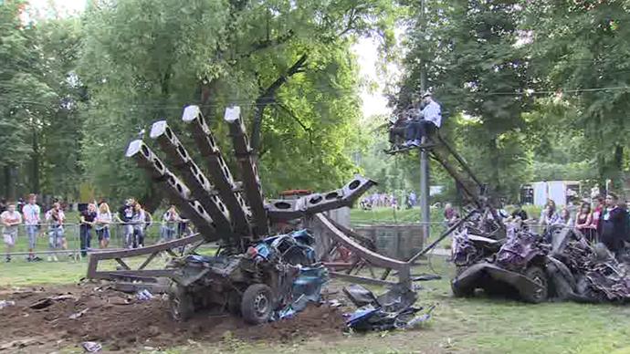Smash & grab: 'Hand of Man' robot wrecks cars at Moscow Geek Picnic (VIDEO)