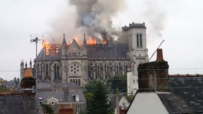 ​Flames burst through roof: Blaze engulfs historic basilica in Nantes, France (VIDEO)