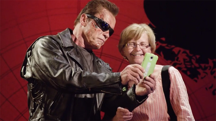 ​Schwarzenegger poses as 'Terminator' waxwork for charity, terrifies fans (VIRAL VIDEO)