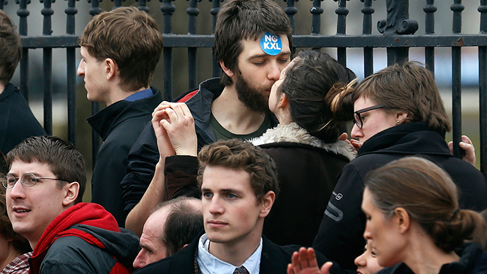 Occupy Wall Street celebrates 'kissing day' with pics of love amidst violence