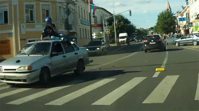 Stunning crash stunt: Biker lands safely on car roof after flipping over (VIDEO)