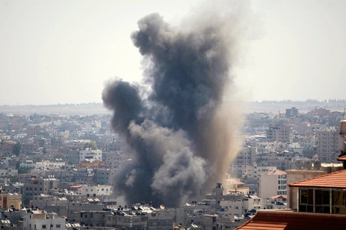 Smoke rises following what witnesses said was an Israeli air strike in Gaza August 21, 2014. (Reuters / Ahmed Zakot)