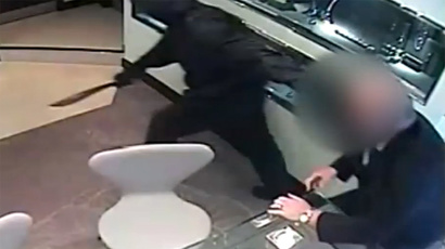 CCTV captures armed robbers storming Manchester jewelers (VIDEO)