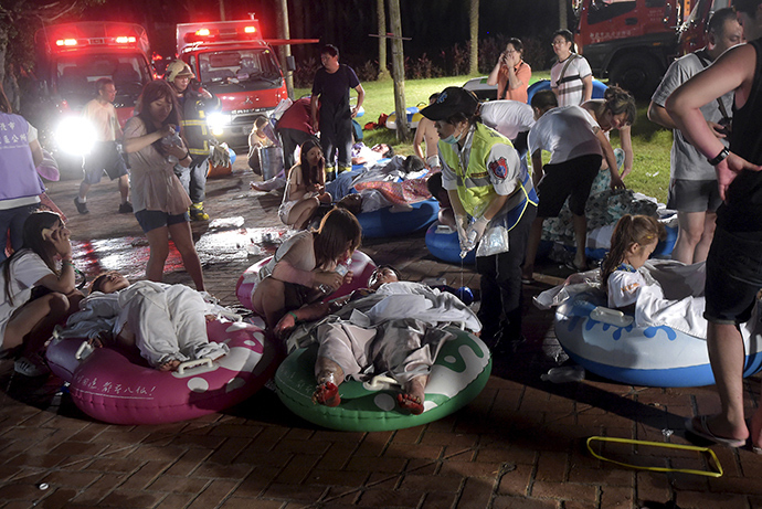 Injured victims from an accidental explosion during a music concert lie on the ground at the Formosa Water Park in New Taipei City, Taiwan, June 27, 2015 (Reuters / Wang Wei)