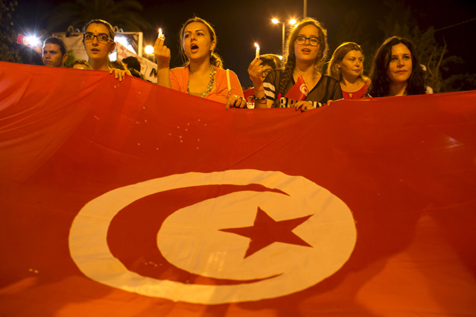 Women hold candles during a protest to condemn an attack by a gunman at the beach of the Imperial Marhabada hotel in Sousse, Tunisia, June 27, 2015 (Reuters / Zohra Bensemra)
