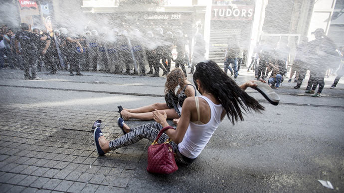 Police fire water cannon & rubber bullets at gay pride Istanbul parade (PHOTOS, VIDEOS)