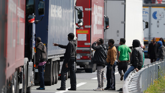 Calais migrant crisis: UK to beef up border security with 9ft high, 2.5 mile fence