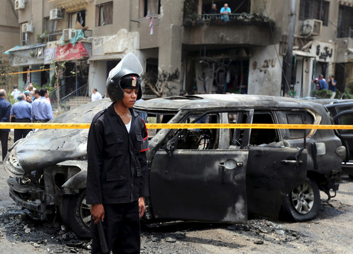 Policemen investigate the site of a car bomb attack on the convoy of Egyptian public prosecutor Hisham Barakat near his house at Heliopolis district in Cairo, Egypt, June 29, 2015. (Reuters / Mohamed Abd El Ghany)