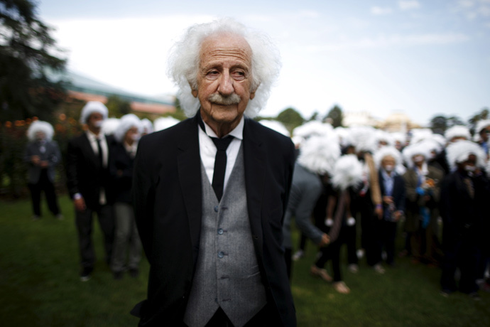 Benny Wasserman, 81, stands with other people dressed as Albert Einstein as they gather to establish a Guinness world record for the largest Einstein gathering, to raise money for School on Wheels and homeless children's education, in Los Angeles, California, United States, June 27, 2015. (Reuters / Lucy Nicholson)