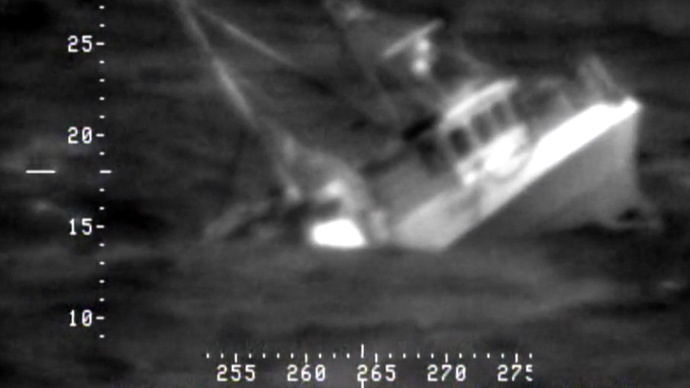 Fishermen rescued from raging sea in Norway after ship sinks (VIDEO)