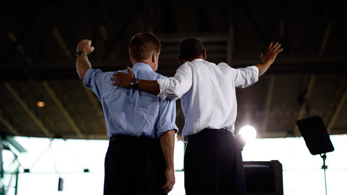 U.S. President Barack Obama gathers on stage with U.S. Senator Jim Webb (D-VA) in Virginia Beach, September 27, 2012. (Reuters / Jason Reed)