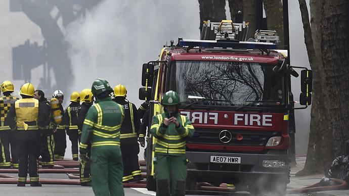 Black smoke overtakes London as 100 firefighters battle huge warehouse blaze (VIDEO)