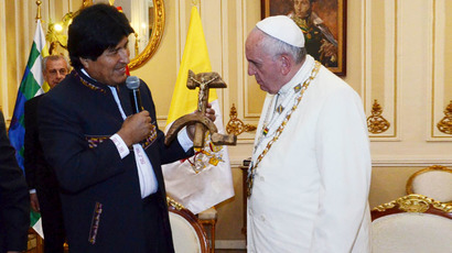 Bolivia's President Evo Morales (L) presents a wooden hammer and sickle, with a figure of a crucified Christ resting on the hammer, as a gift to Pope Francis at the presidential palace in La Paz, July 8, 2015. (Reuters/Bolivian Presidency)