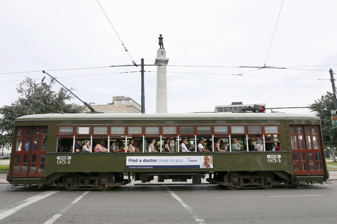 A streetcar passes by a18 m tall monument to Confederate General Robert E. Lee that towers over a traffic circle in New Orleans, Louisiana (Reuters / Jonathan Bachman)
