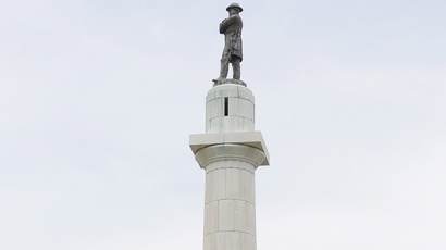 A 18 m tall monument to Confederate General Robert E. Lee that towers over a traffic circle in New Orleans, Louisiana (Reuters / Jonathan Bachman)