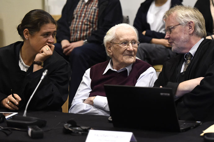 """Oskar Groening (C), defendant and former Nazi SS officer dubbed the """"bookkeeper of Auschwitz"""", sits between his lawyers Hans Holtermann (R) and Susanne Frangenberg (L) in the courtroom during the verdict of his trial in Lueneburg, Germany, July 15, 2015. (Reuters/Axel Heimken)"""