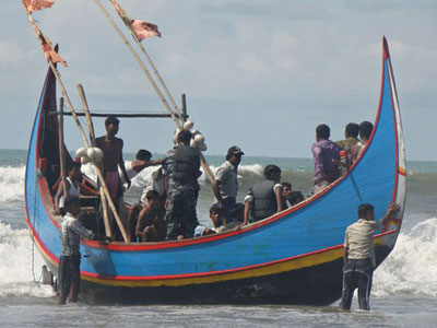 60 Myanmar refugees missing, 50 rescued after boat sinks (PHOTOS)