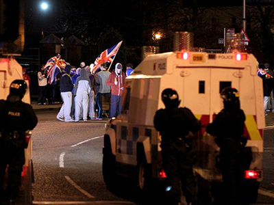 Water cannon, injured police: Belfast parade ends in street mayhem (VIDEO)