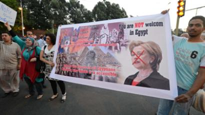Egyptians pelt Clinton with tomatoes, chant 'Monica'