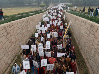 Hundreds violently protest rape of seven-year old girl in India (VIDEO)