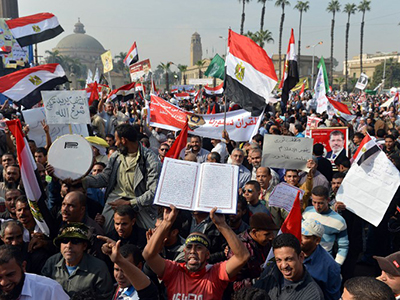 Anti-Morsi protesters break through wired fences of presidential palace, injuries reported