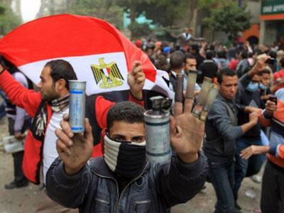 Protesters block government headquarters in Cairo
