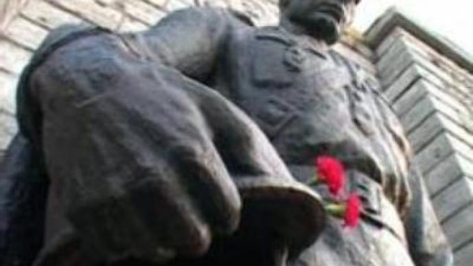 Estonians start removing Soviet WWII monument