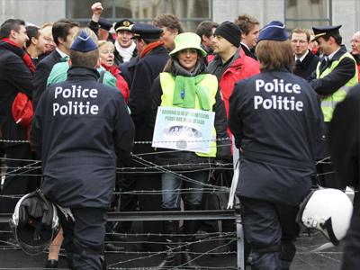 Striking Brussels firemen soak cops, PM office (VIDEO)