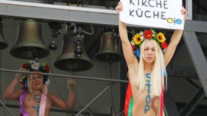 Breast-beating: Femen 'assaulted' by anti-gay marriage demonstrators in Paris (PHOTOS)
