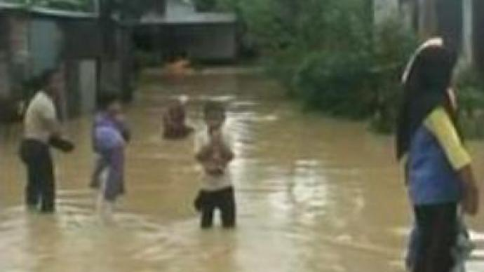 Floods force thousands Malaysians to flee