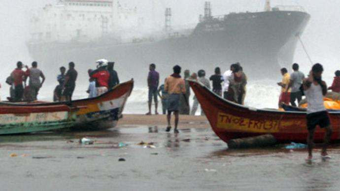 Tens of thousands flee homes as cyclone Nilam hits India (PHOTOS)