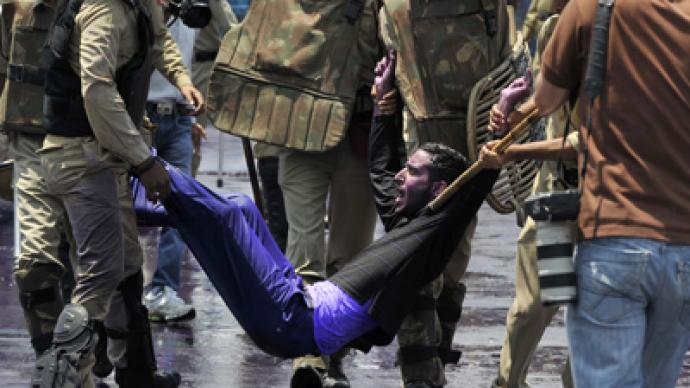 Over a dozen Indian teachers injured in police crackdown (PHOTOS)