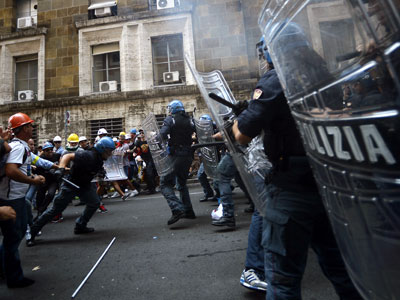 Boiling point: Sardinian workers clash with police in Rome (PHOTOS)