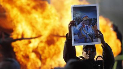 Obama orders Gaddafi to step down, reasons with air force
