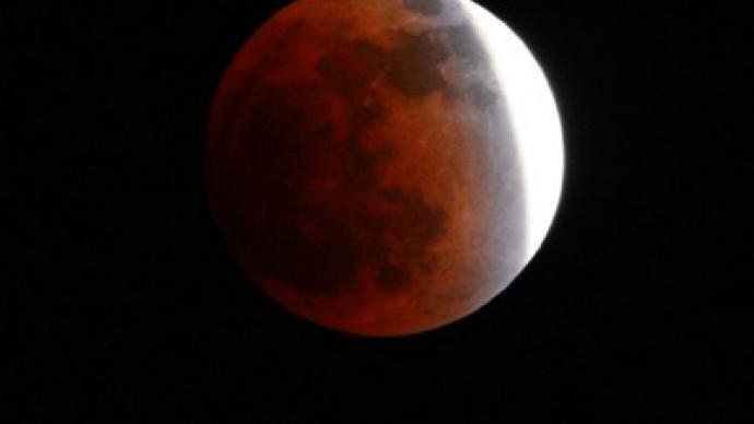 Final lunar eclipse of 2011 captivates stargazers