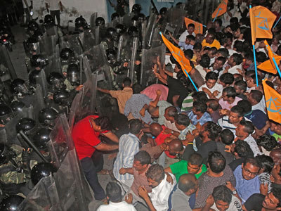 Maldives police crack down on ex-president's supporters (PHOTOS)