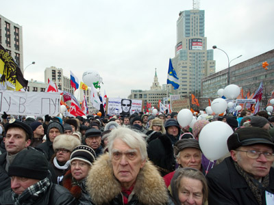 Thousands join pro- and anti-government demos in Russia