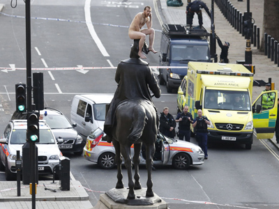 Single statue streaker stops central London (PHOTOS)