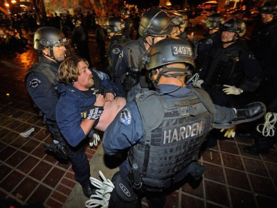 Crossing police lines: US cops defect to OWS