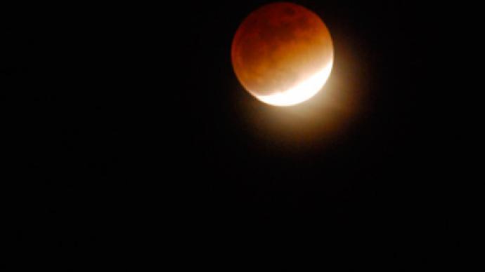 Rare lunar eclipse amuses spectators