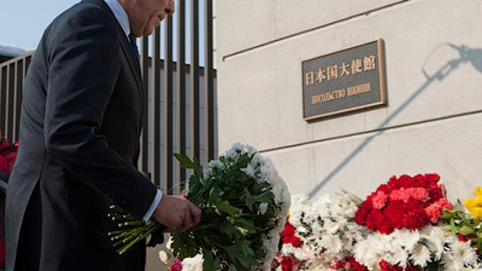 Russian FM visits Japanese Embassy and lays flowers