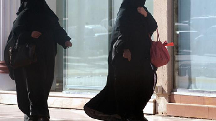 Saudi Arabia orders walls in shops to divide male, female coworkers