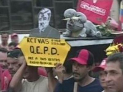 Thousands condemn Chavez for gagging TV