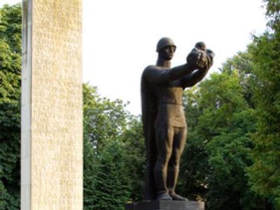 Ukraine dismantles 'Soviet militarism' relic